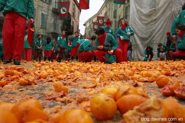 Tưng bừng lễ hội ném cam ở Italia