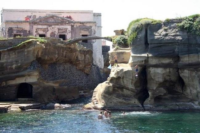 """Ban đầu, các hòn đảo nhỏ của Gaiola được biết đến như Euplea - một người bảo vệ sự an toàn cho ngành hàng hải và cũng là nơi đặt ngôi đền nhỏ tôn thờ thần vệ nữ Venus.   Sự thanh bình  của hòn đảo này rất thích hợp cho những người nghỉ hưu. Vào đầu thế kỷ 19, nhà văn Norman Douglas tác giả của của cuốn """"Land of Siren"""" đã cho xây dựng một biệt thự trên đảo."""