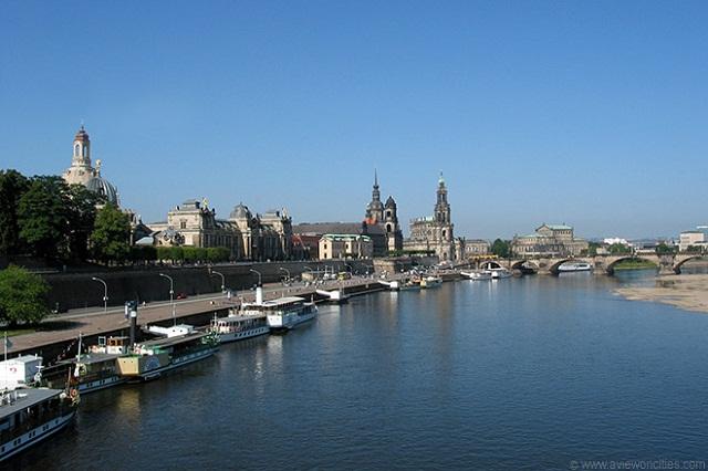 Đi thuyền dọc theo sông Elbe