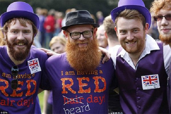 Không chỉ khoe tóc, những người tham dự ngày hội còn khoe những bộ ria màu đỏ ấn tượng
